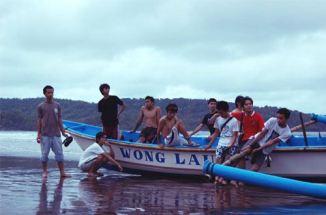 Kapal nelayan yang terparkir di bibir Pantai Pangandaran.
