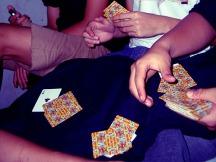 Melewatkan waktu dengan bermain kartu.