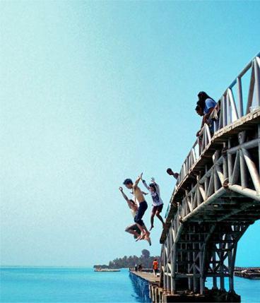 Loncat dari Jembatan Cinta.