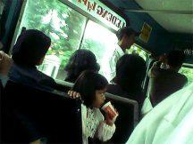 Suasana di dalam bus Damri.
