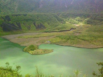 Kawah Gunung Galunggung yang menjadi danau.