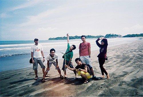 Berpose di pantai Ujung Genteng.