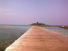 Jembatan Cinta yang menguhungkan Pulau Tidung Besar dan Kecil.