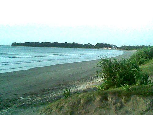 Bentuk pantai yang melengkung seperti busur.