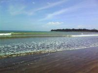 Ombak yang kecoklatan karena bercampur dengan pasir pantai yang halus.