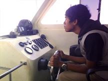Zaki menjadi nahkoda kapal.