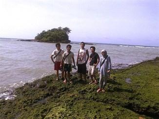 Bermain di atas karang.