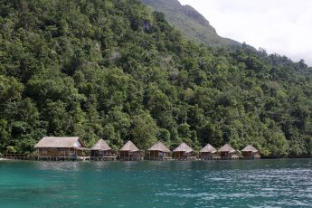 Penginapan di Negeri Saleman yang dibangun di atas air. Sumber foto dari Flickr oleh Kai Bey.