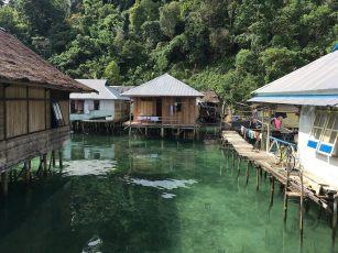 Rumah-rumah warga di Negeri Saleman yang berdiri di atas laut.