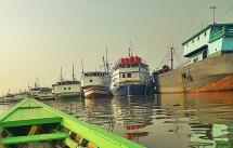 Bersampan di Pelabuhan Sunda Kelapa.