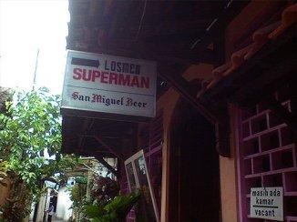 Plang nama dari Losmen Superman.