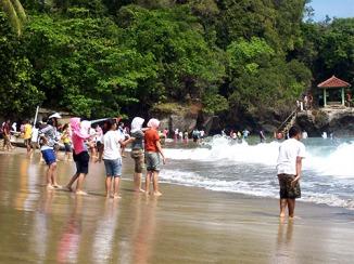 Teman-teman sekolah di Pantai Karang Bolong.