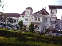 Gedung Bank BI yang merupakan peninggalan Kolonial Belanda.