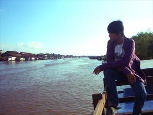 Menyusuri Sungai Barito dengan kapal.